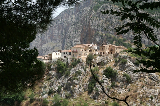 Scorcio di Civita con alle spalle l'altipiano del Pollino (6236 clic)