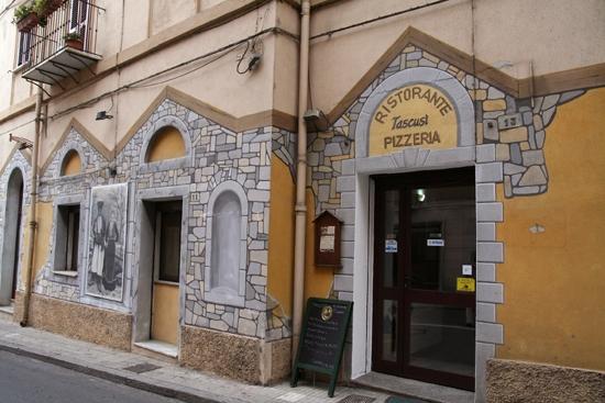 Nuoro - esterno del ristorante Tascusì (4732 clic)