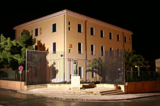 Suore della Sacra Famiglia - Monumento  - Niscemi (4549 clic)