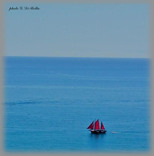 il rosso...... in un immenso mare  blu!!!!........Scala dei turchi. - Realmonte (571 clic)