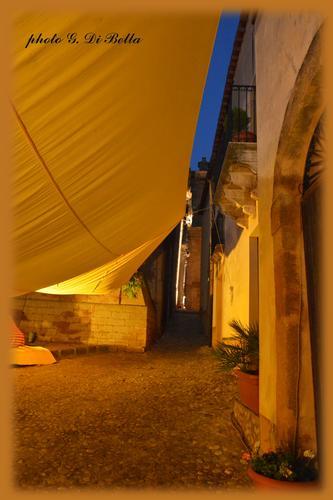 ...camminando tra i vicoli saraceni!..... - Sambuca di sicilia (601 clic)