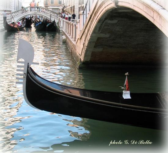 La gondola...,il ponte......il canale....questa è Venezia. - Venezia - inserita il 19-Mar-19
