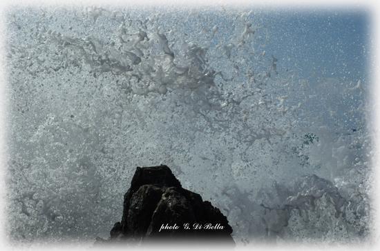 La disintegrazione dell'onda sugli scogli.!!!!! - Cefalù (553 clic)
