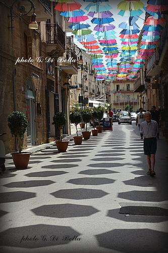 Parata di ombrelli lungo la via Licata a Sciacca. (394 clic)