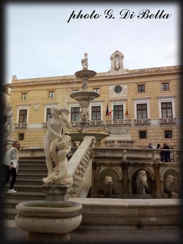 il palazzo delle Aquile visto dalla fontana di Piazza Pretoria - Palermo (429 clic)