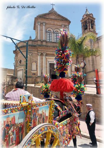 La festa di MM.SS.  I carretti siciliani, sullo sfondo la Chiesa del Carmine - Sambuca di sicilia (116 clic)