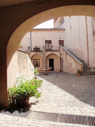 Cortile  - Castelbuono (1042 clic)