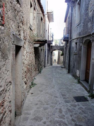 strada cittadina  - Montalbano elicona (246 clic)