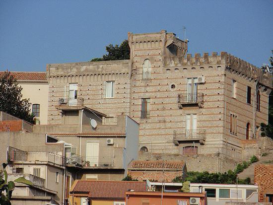 Palazzo Mediovale  - Mazzarrà sant'andrea (406 clic)