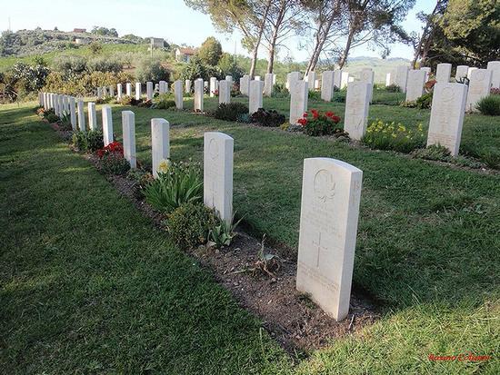 Agira - cimitero canadese   (257 clic)