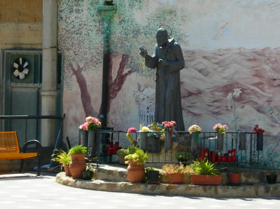 Statua dedicata a S. Pio da Pietrelcina - Calascibetta (3341 clic)