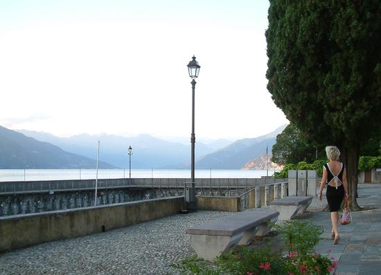 Paola sul lungolago di S.Giovanni - BELLAGIO - inserita il 05-Oct-15