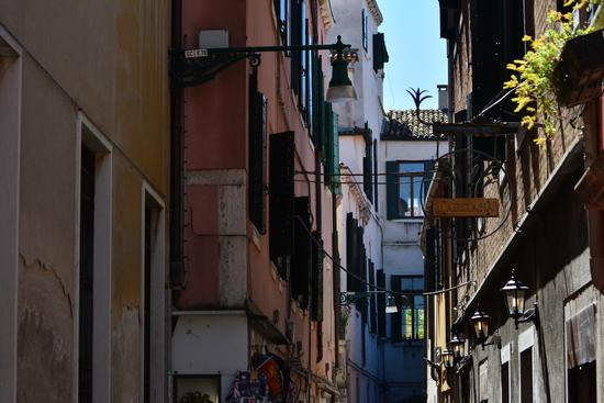 Venezia, vicoli, uno sguardo al cielo (456 clic)