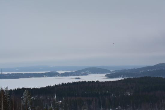 Finlandia, Laghi ghiacciati e paracadutista. (194 clic)