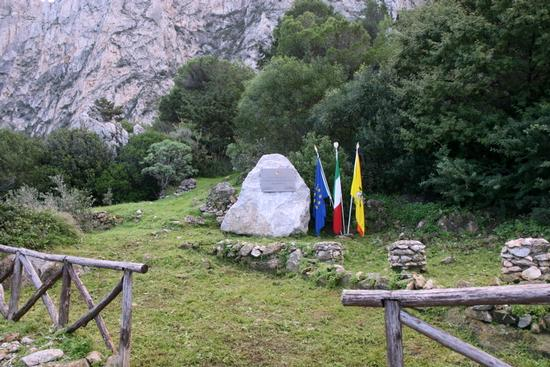 Cippo commemorativo Caduti di Nasiriyya - Riserva naturale capo gallo (2209 clic)