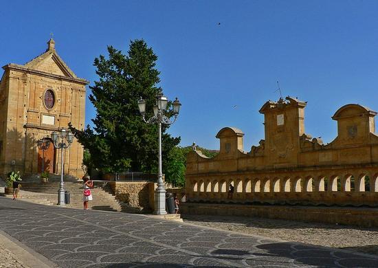 la gran fonte e la chiesa della Madonna del sasso - Leonforte (3518 clic)