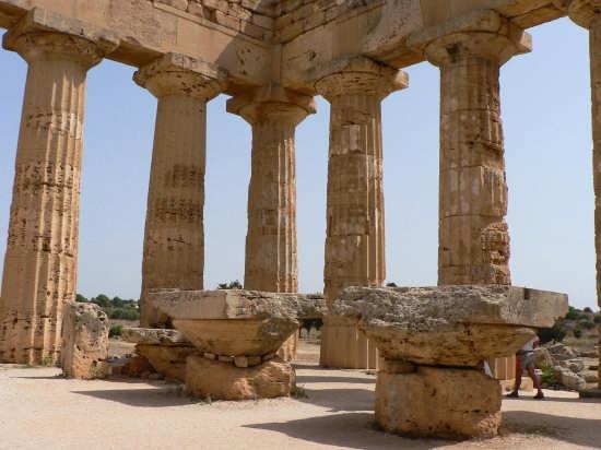 tempio E dedicato a Era - SELINUNTE - inserita il 06-Sep-07