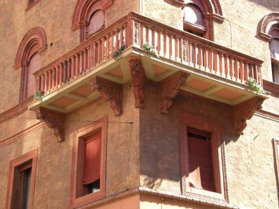 Particolare di un palazzo in centro - Bologna (3111 clic)