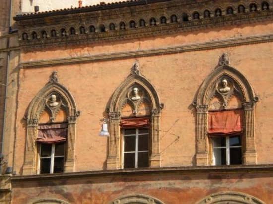 Finestre in Piazza S.Stefano - Bologna (3695 clic)