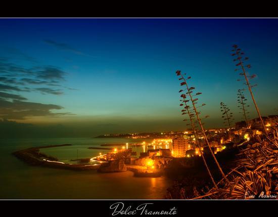 Guardando il tramonto - Sciacca (5829 clic)
