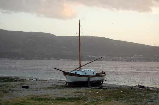 Barca in secca sullo stretto - MESSINA - inserita il 05-Jan-10