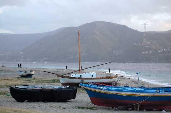Barche in secca sullo stretto - Messina (4415 clic)