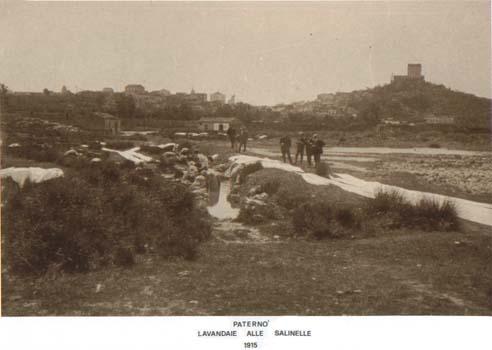 Paterno' Lavandaie alle Salinelle.1915 - Paternò (5771 clic)