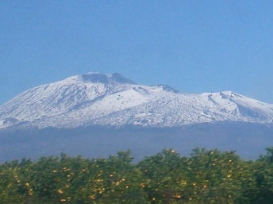 Il vulcano Etna primaverile (2972 clic)