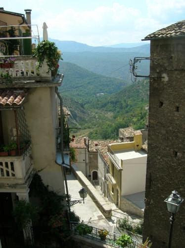 Centro storico con veduta della valle - Pacentro (1943 clic)