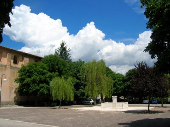 Piazza santa Lucia con fontana monumentale - Pedicciano (2118 clic)
