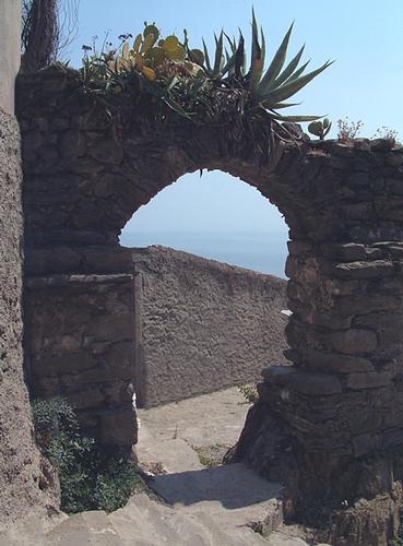 Prticolare arco medioevale  Porta Rossa - Manarola (2177 clic)