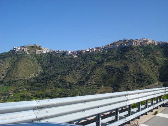 Sul declivio del crinale montuoso - Caronia (3958 clic)