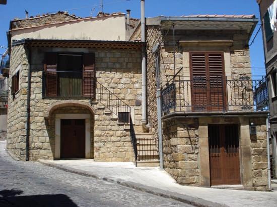 Casa con affacciata in pietra arenaria - Mistretta (5733 clic)