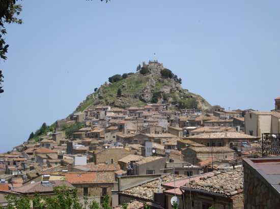 Tetti sotto la rocca del castello - Mistretta (4377 clic)