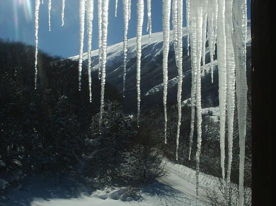 Ghiaccioli dalla finestra del Faggeto Pescocostanzo - PESCOCOSTANZO - inserita il 21-Dec-07