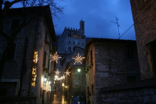 una delle vie del  centro - Gubbio (2870 clic)