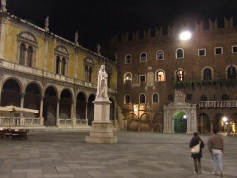 Dante in Piazza dei Signori a Verona (2500 clic)