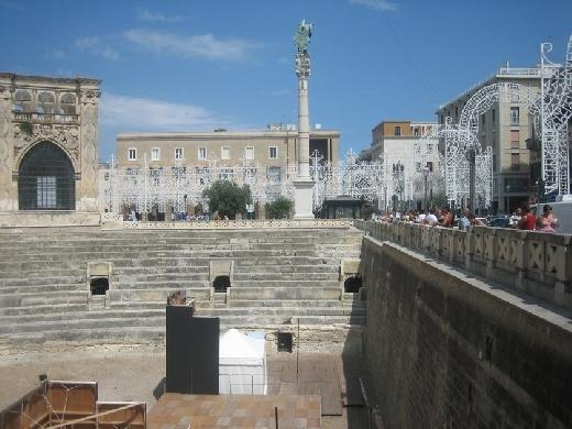 LECCE: L 'anfiteatro si trova in  Piazza S. Oronzo, e ne sono state portate alla luce alcune parti, quasi la metà nel complesso, tra il 1904 ed il 1938. La costruzione è d'età augustea, ed è - Ugento (4628 clic)
