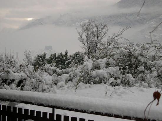 Castello di Ussel avvolto dalle nubi visto dal terrazzo del  B&B Clair Matin - Chatillon (3393 clic)