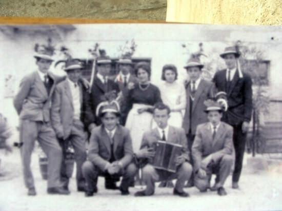 1941 LA CLASSE DI  FERRO-COME GIRAVANO IL PAESE E ANDAVANO A TROVARE LE COSCRITTE I CIOSCRITTI DI UNA VOLTA-'E'RA UNA GRANDE FESTA IN ALLEGRIA CHE DURAVA CIRCA 1 MESE- (ALTRI TEMPI.) - Brez (4048 clic)