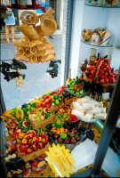 Frutta martorana e cannoli in una vetrina di Taormina  - Taormina (5861 clic)