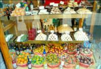 Frutta martorana e cannoli in una vetrina di Taormina  - Taormina (9577 clic)