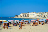 La spiaggia e il piccolo borgo di pescatori  - Sampieri (2609 clic)