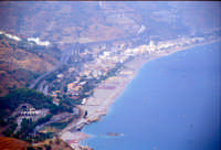 Letojanni e la sua spiaggia visti dal Teatro Romano di Taormina  - Letoianni (7702 clic)