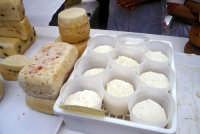 Sagra della Ricotta - Bancarelle di formaggi e prodotti tipici  - Vizzini (6671 clic)