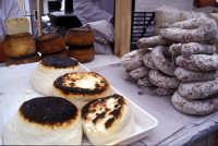 Sagra della Ricotta - Bancarella di formaggi e salumi  - Vizzini (2417 clic)