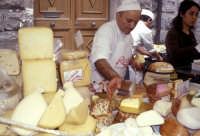 Sagra della Ricotta - Bancarella di formaggi e salumi  - Vizzini (7876 clic)