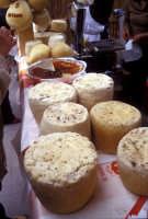 Sagra della Ricotta - Bancarella di formaggi e salumi  - Vizzini (3302 clic)