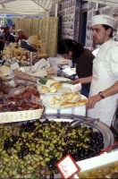 Sagra della Ricotta - Bancarella di formaggi, olive e salumi  - Vizzini (4002 clic)