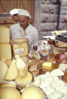 Sagra della Ricotta - Bancarella di formaggi e salumi  - Vizzini (3950 clic)